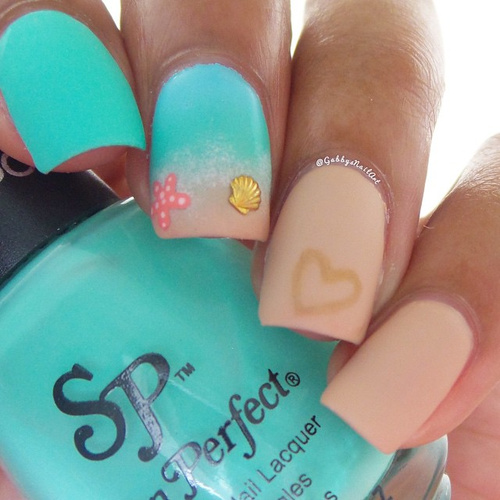 beach-nails-with-sandy-heart