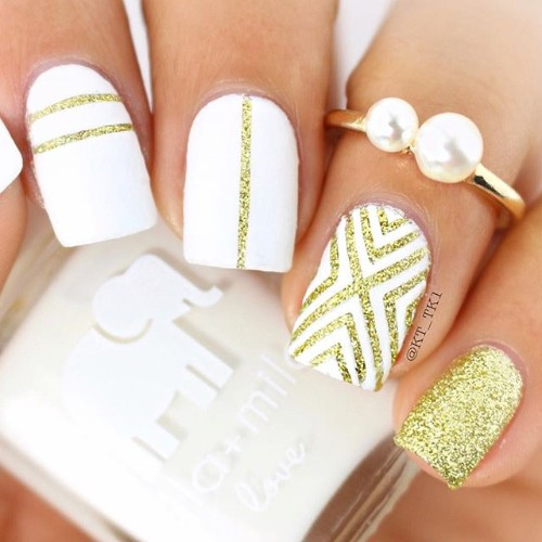 coachellas-white-and-gold-nail-design
