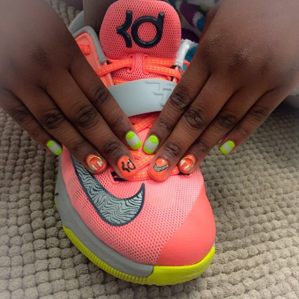 matching-sneakers-manicure