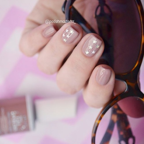 nude-nail-design-with-golden-stars-for-coachella