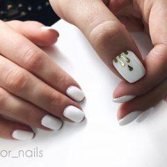 white-nails-for-coachella-with golden-rain-drops