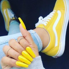 yellow-sporty-nails-matching-sneakers