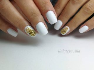 white mani with golden pineapples