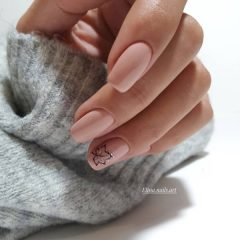 nude-manicure-with-a-gold-leave