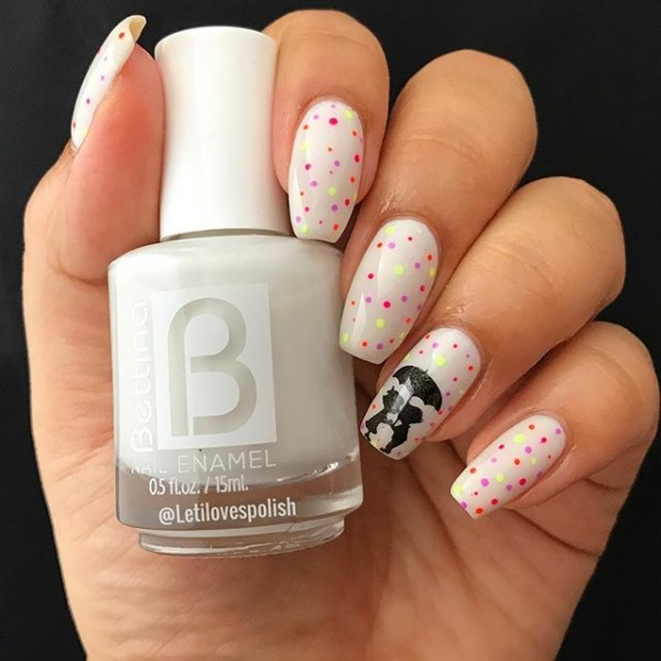 fall-nail-design-with-a-couple-under-umbrella