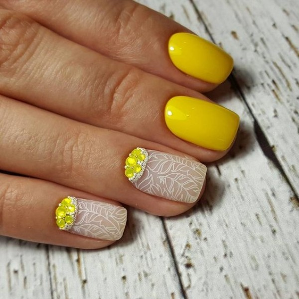 flower print yellow manicure